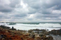 Mężczyzna fotografuje burzę przy morzem Fotografia Royalty Free