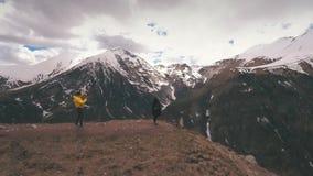 Mężczyzna fotografuje kobiety na krawędzi góry zbiory wideo