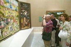 Mężczyzna fotografuje ogród Ziemscy zachwyty Hieronymus Bosch, w Muzealnym De Prado, Prado muzeum, Madryt, Hiszpania zdjęcie stock