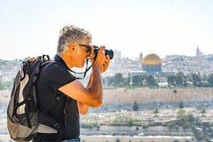 Mężczyzna fotografuje turystów w Jerozolima Obraz Stock