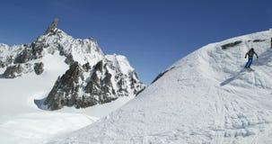 Mężczyzna freeride narciarstwa puszka góry śnieżna grań w słonecznym dniu Mountaineering narty aktywność Narciarki zimy śnieżnego zbiory