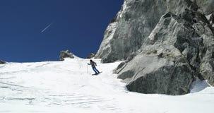 Mężczyzna freeride narciarstwa puszka góry śnieżna grań w słonecznym dniu Mountaineering narty aktywność Narciarki zimy śnieżnego zdjęcie wideo