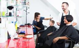 Mężczyzna fryzjer i kobieta klient fotografia stock