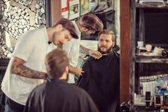 Mężczyzna fryzjer męski z nożycami ciie brodę Obraz Stock