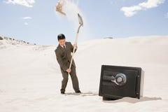 Mężczyzna głębienie skrytką w pustyni zdjęcie royalty free