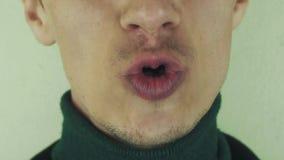 Mężczyzna głośno śpiewa piosenkę w frontowej kamerze usta zęby uśmiech szczecina emocje zbiory