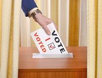Mężczyzna głosowania w lokalu wyborczym Fotografia Stock