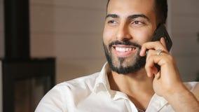 Mężczyzna gawędzi na telefonie zbiory wideo