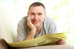 mężczyzna gazety czytanie Zdjęcie Stock