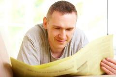 mężczyzna gazety czytanie Fotografia Royalty Free