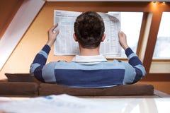mężczyzna gazety czytanie Zdjęcia Royalty Free