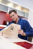 mężczyzna gazety czytanie Obrazy Royalty Free