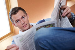 mężczyzna gazety czytanie Obraz Royalty Free