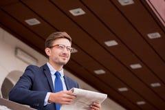 mężczyzna gazety czytanie Obraz Stock