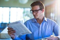 mężczyzna gazety czytanie Obrazy Stock
