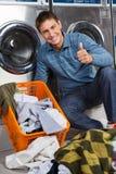 Mężczyzna Gestykuluje aprobaty Przy pralnią Zdjęcie Stock