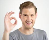 Mężczyzna gestykuluje OK szyldowego Obraz Stock