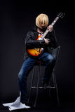 Mężczyzna - gitary gracza cosplay anime charakter Obrazy Stock