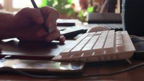 Mężczyzna gmerania informacja z komputeru osobistego dotyka ochraniaczem Męscy palce pisać na maszynie na touchpad czarny laptop  zdjęcie wideo