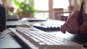 Mężczyzna gmerania informacja z komputeru osobistego dotyka ochraniaczem Męscy palce pisać na maszynie na touchpad czarny laptop  zbiory