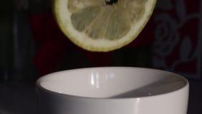 Mężczyzna gniesie cytryna sok w filiżankę Cytryna jest świeża i soczysty, ja może widzieć jako soków kapinosy w filiżankę Strza?u zbiory