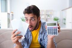 Mężczyzna gniewny przy rachunkami potrzebuje płacić zdjęcia stock