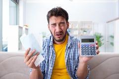 Mężczyzna gniewny przy rachunkami potrzebuje płacić obrazy royalty free