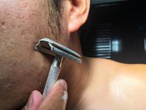 Mężczyzna goli jego brodę w łazience zdjęcie royalty free