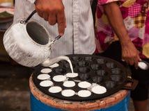 Mężczyzna gotuje Kanom Krok, Deserowy Tajlandzki cukierki Obraz Royalty Free