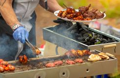 Mężczyzna gotuje shish kebab na grillu na otwartej przestrzeni fotografia stock
