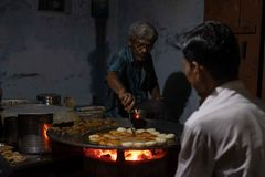 Mężczyzna gotuje w górę popularnego ulicznego jedzenia dzwoniącego aloo tikki fotografia royalty free