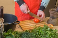 Mężczyzna gotuje zdrowego posiłek w kuchni Kulinarny zdrowy jedzenie w domu Samiec w kuchennych narządzań warzywach Szef kuchni c obrazy royalty free