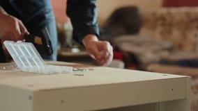 Mężczyzna gromadzić części meble używać młot zdjęcie wideo