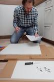 Mężczyzna gromadzić kuchennego meble Obraz Stock