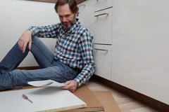 Mężczyzna gromadzić kuchennego meble Obraz Royalty Free