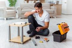 Mężczyzna gromadzić meble w domu fotografia royalty free