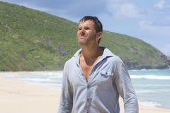 Mężczyzna gubjący na opustoszałej plaży Zdjęcia Royalty Free