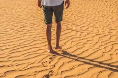 Mężczyzna gubjący w czerwonej pustyni w Wietnam, Mui Ne Fotografia Stock