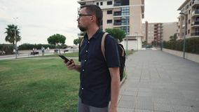 Mężczyzna gubjący w nowym mieście zdjęcie wideo