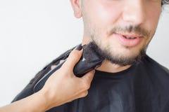 Mężczyzna hairstyling i haircutting w fryzjera męskiego sklepie włosianym salonie lub Zdjęcie Royalty Free