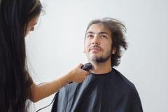 Mężczyzna hairstyling i haircutting w fryzjera męskiego sklepie włosianym salonie lub Obraz Royalty Free