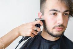 Mężczyzna hairstyling i haircutting w fryzjera męskiego sklepie włosianym salonie lub Zdjęcia Stock