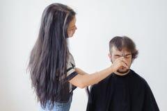 Mężczyzna hairstyling i haircutting w fryzjera męskiego sklepie włosianym salonie lub Fotografia Stock