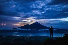 Mężczyzna halsowania obrazek Agung wulkan Obraz Stock