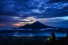 Mężczyzna halsowania obrazek Agung wulkan Zdjęcia Royalty Free