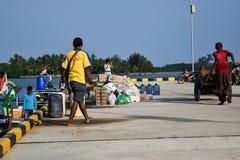 Mężczyzna handlują w szerokiej rozmaitości sprzedaże przy Sebesi dokami w Lampung, w Indonezja obraz stock