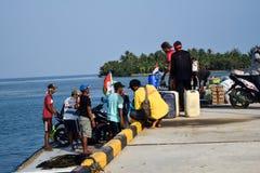 Mężczyzna handlują w szerokiej rozmaitości sprzedaże przy Sebesi dokami w Lampung, w Indonezja Obrazy Stock