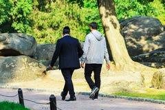 2 mężczyzna Hasidim żyd chodzi w parku w Uman czas Żydowski nowy rok, Rosh Hashanah fotografia stock