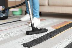 Mężczyzna hoovering dywan z próżniowym cleaner zdjęcie royalty free