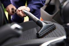 Mężczyzna Hoovering Seat samochód Podczas Samochodowego Cleaning obrazy stock